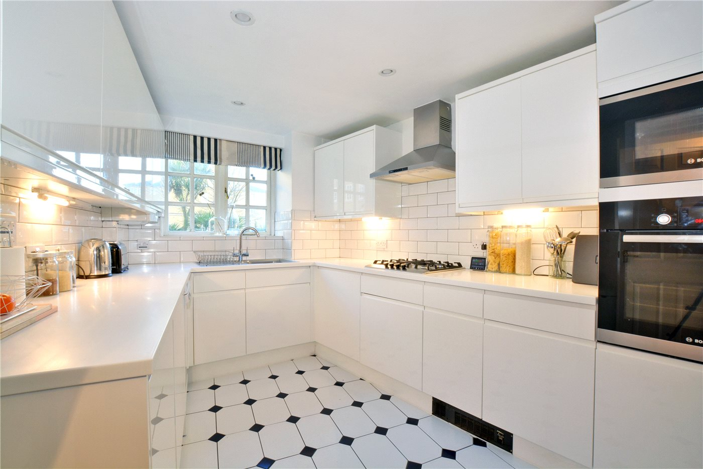 2 bedroom property for sale in Gilbert Close, Shooters Hill, SE18 ...