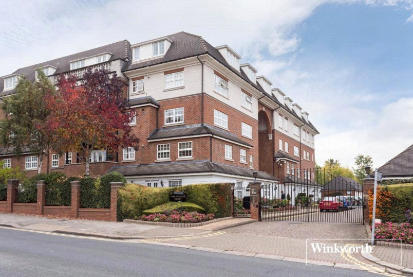 Flat/apartment to rent in Hendon - Ambassador Court, Century Close, London, NW4