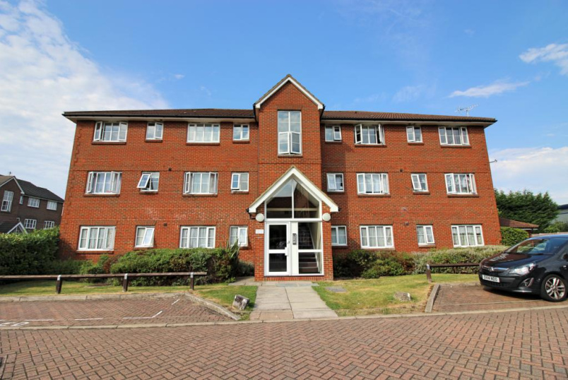 Flat/apartment to let - Kensington Way, Borehamwood, Hertfordshire, WD6