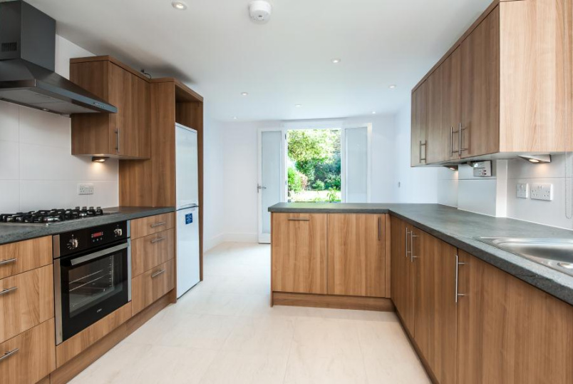 House - terraced to let - TAYBRIDGE ROAD, SW11