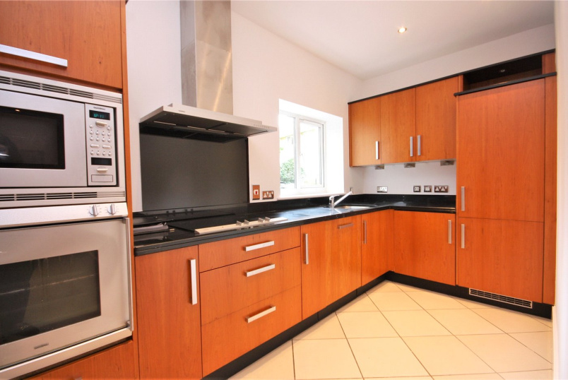 Flat/apartment for sale in Richmond - Charlwood House, Strand Drive, Kew Riverside Park, TW9