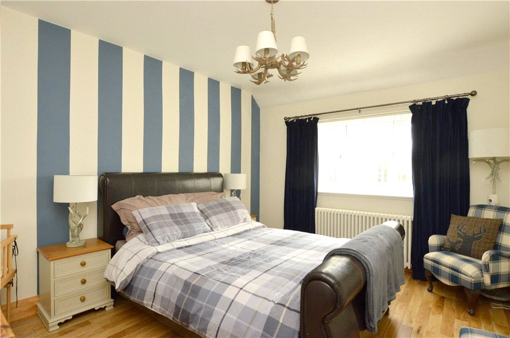 Property to let in Oakwood, bedroom, double bed striped back wall paper