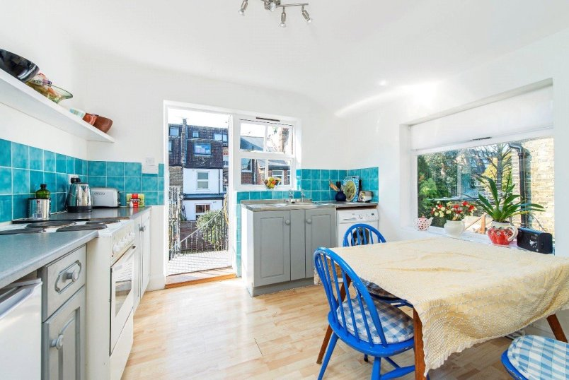 Maisonette for sale in Fulham & Parsons Green - Broughton Road, London, SW6