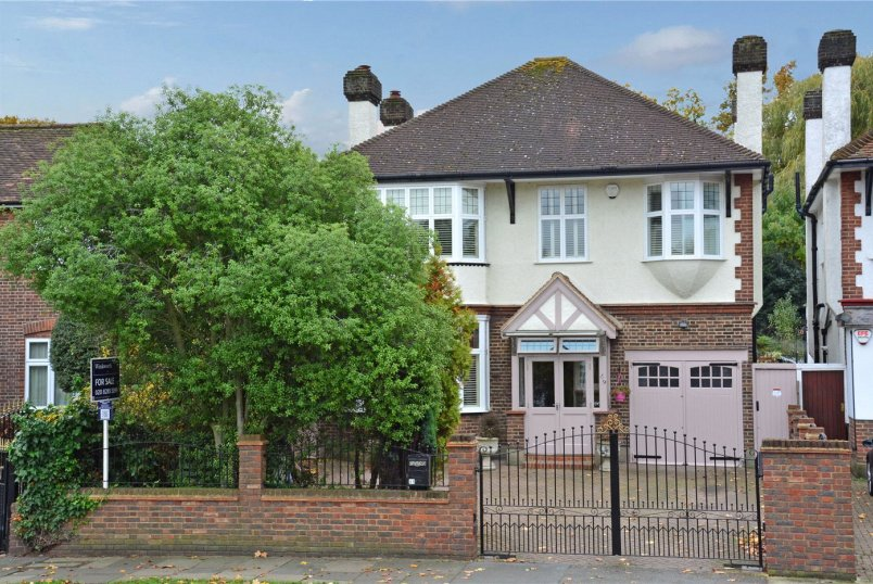 House for sale in Chislehurst - Grove Park Road, London, SE9