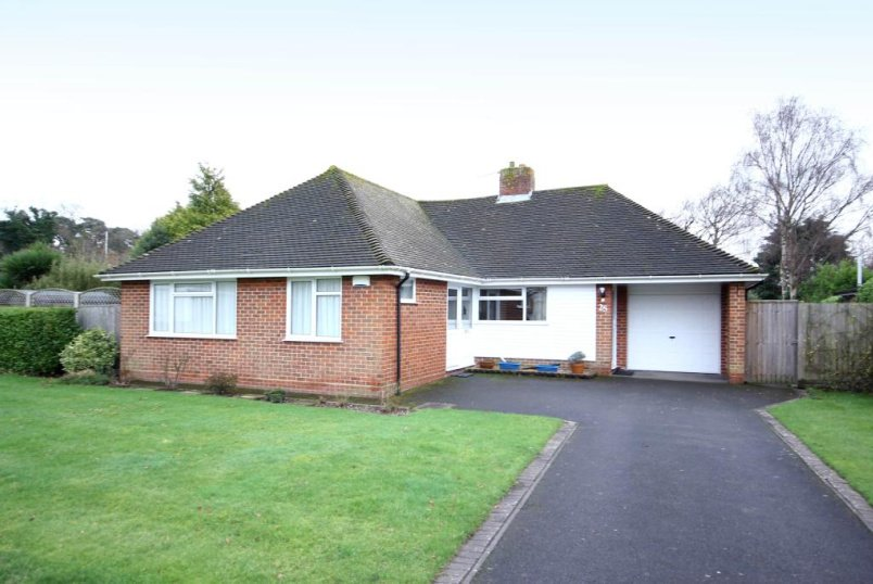 Bungalow to rent in Highcliffe - Glenavon Road, Highcliffe, BH23