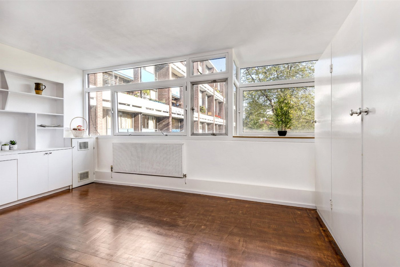 Flat/apartment for sale in Clerkenwell & City - Crescent House, Golden Lane Estate, London, EC1Y