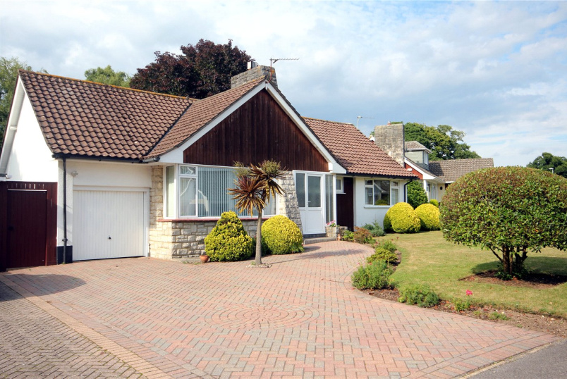 Bungalow to rent in Highcliffe - Braemar Drive, Highcliffe, Christchurch, BH23