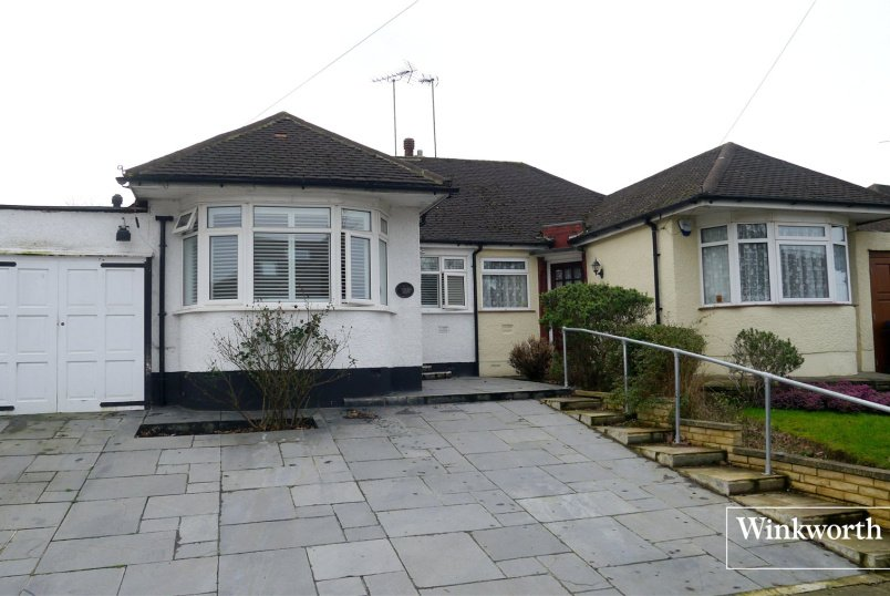 Bungalow to rent in Barnet - Connaught Avenue, East Barnet, EN4