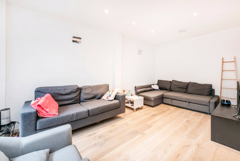 Maisonette to rent in Islington - Pentonville Road, Angel, N1