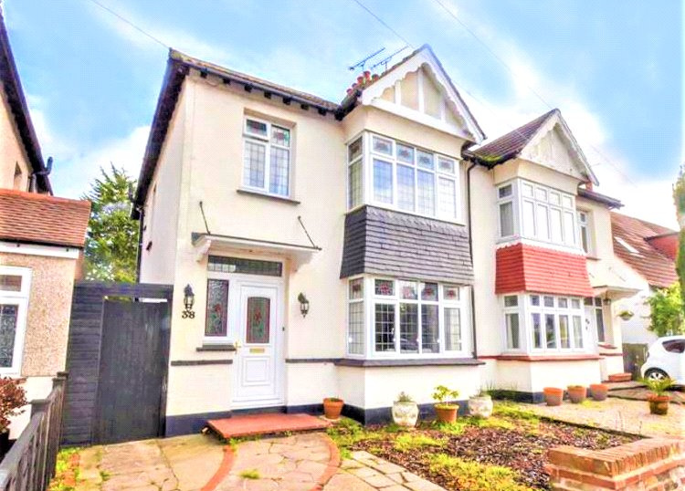 House for sale in  - Stirling Avenue, Leigh-on-Sea, Essex, SS9